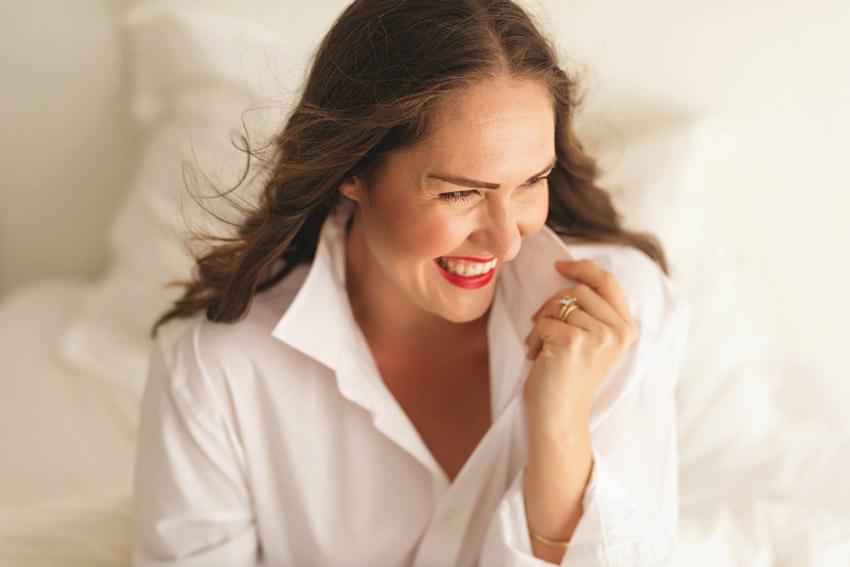 adele-laughing-white-shirt