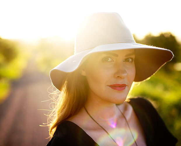 adele-sunset-woman-hat